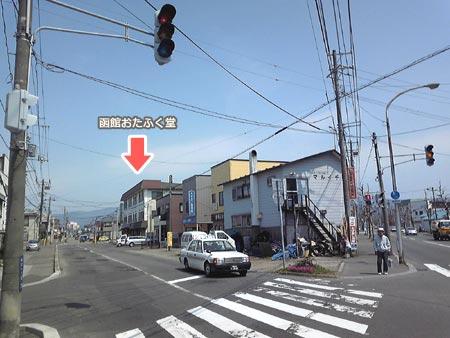 さらにまっすぐ歩くと左側にY字路が見えるので、左に進みます。
